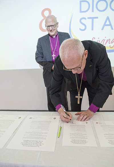 Bishop Alan (L) and Bishop Martin (R) at the signing of the covenant between Linköping and St Albans